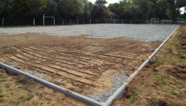 Reconstruyen una cancha de minifútbol en Stanytsia Luganska