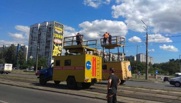 В Киеве экскаватор въехал в электроопору, движение перекрыли