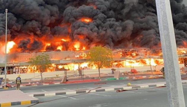 В ОАЭ произошел масштабный пожар на рынке