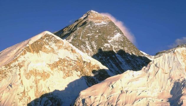 Вчені знайшли мікропластик на вершині Евересту