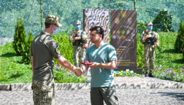 Президент на Донбасі нагородив українських військових за мужність