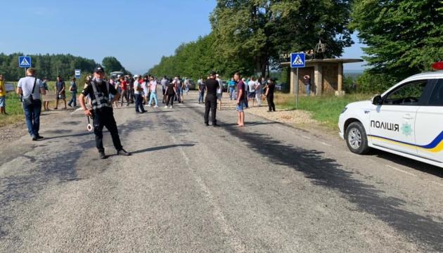 На Прикарпатье селяне перекрыли дорогу - требуют ее ремонта