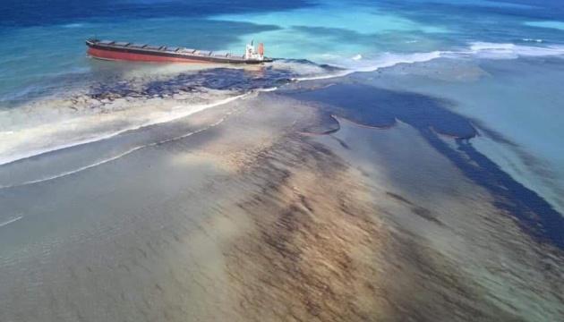 На острові Маврикій оголосили НС через аварію танкера та витік нафти