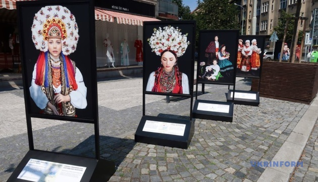 Фотовиставка у Празі розповідає про український костюм