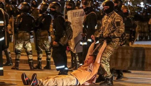 ОМОН в Минске штурмует баррикады протестующих и стреляет в них резиновыми пулями