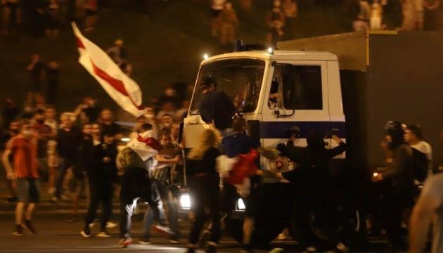У Мінську автозак в'їхав у натовп людей, відбулися бійки з поліцією