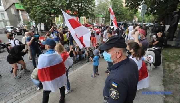 Под посольством в Киеве - акция солидарности с белорусским народом
