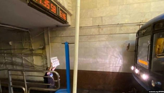 В Минске мужчина в знак протеста блокировал поезд метро