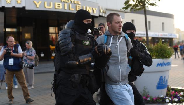 Затриманих раніше в Мінську журналістів везуть в Центр ізоляції правопорушників