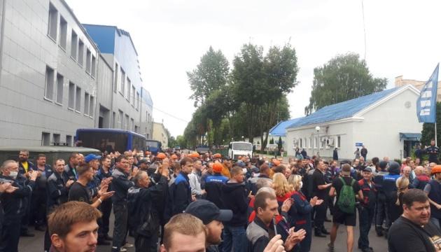 Belarus: Mitarbeiter von Fahrzeughersteller BelAZ und anderen Großunternehmen beginnen Streik