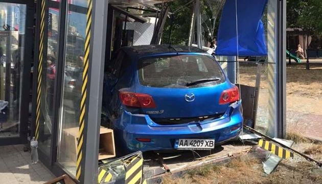 У Києві Mazda влетіла в кав'ярню на зупинці