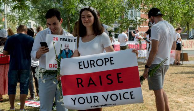 У Гаазі білоруси під своїм посольством провели акцію підтримки співвітчизників