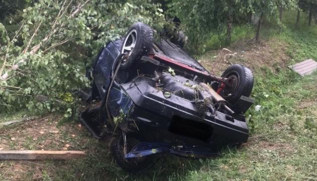 На Закарпатті автомобіль з'їхав у озеро, загинула людина