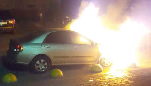 Поліція опублікувала фото й імена розшукуваних за підпал авто