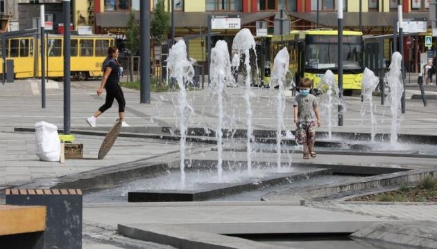 На площади у Львовского железнодорожного вокзала открыли фонтан