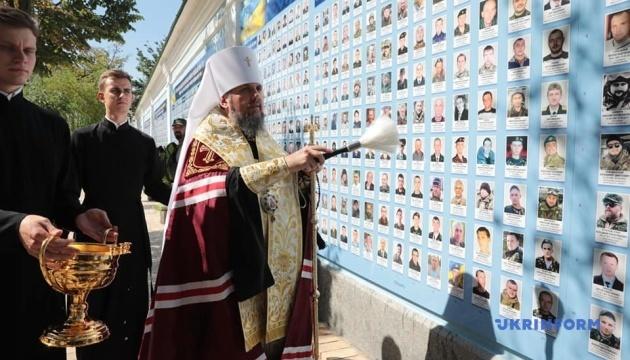 ウクライナ正教会首座主教、東部戦死者「追悼の壁」を成聖