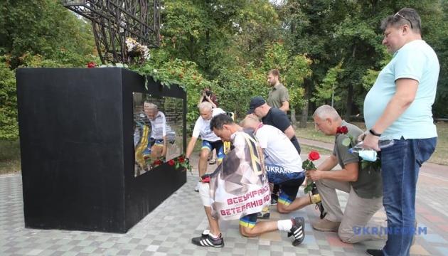 Біля Стіни пам'яті у Києві ветеранський велопробіг вшанував пам'ять полеглих захисників