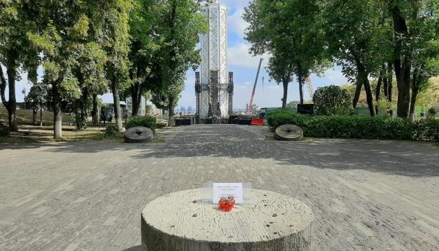 Вандалы пытались разрушить скульптуру девочки с колосками возле Музея Голодомора