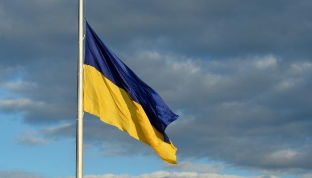 У Києві через негоду приспустили найбільший прапор країни