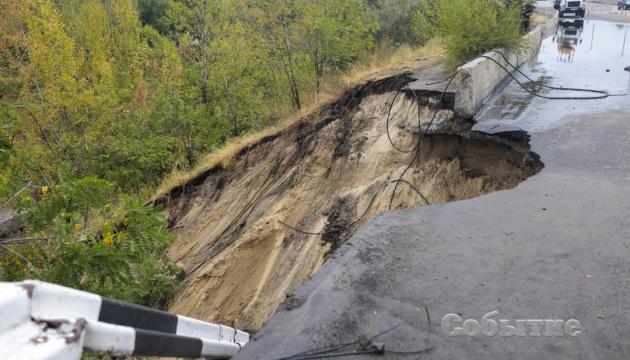 На Дніпропетровщині після зливи обвалилася частина мосту через Дніпро
