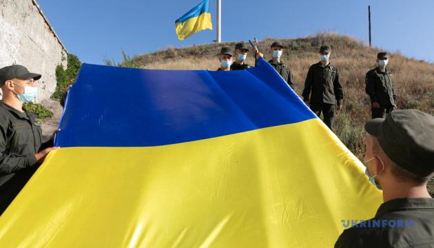 На Хортице развернули 100-метровый украинский флаг