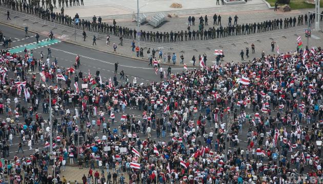 МВС Білорусі заявляє, що в неділю у Мінську протестували близько 20 тисяч осіб