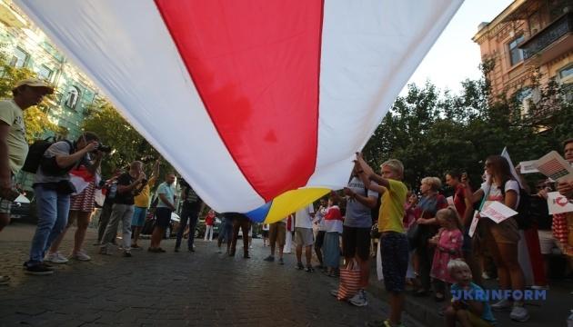 У Києві знову утворили живий ланцюг солідарності з білоруським народом