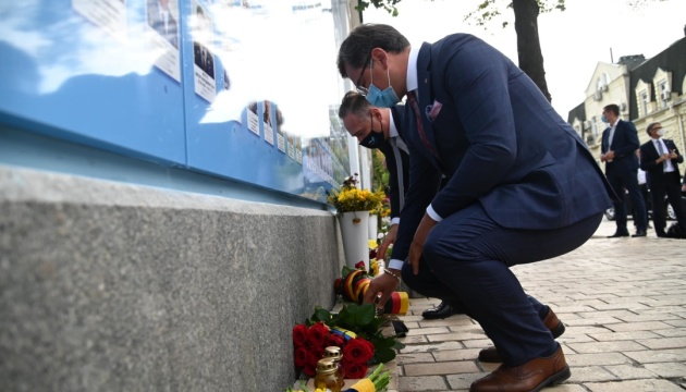 Kuleba, Maas lay flowers at Wall of Remembrance of Fallen Defenders of Ukraine