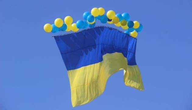 У небо над окупованим Донецьком запустили синьо-жовтий прапор