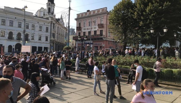 """Під мерією у Чернівцях мітингують проти """"червоних"""" карантинних обмежень"""