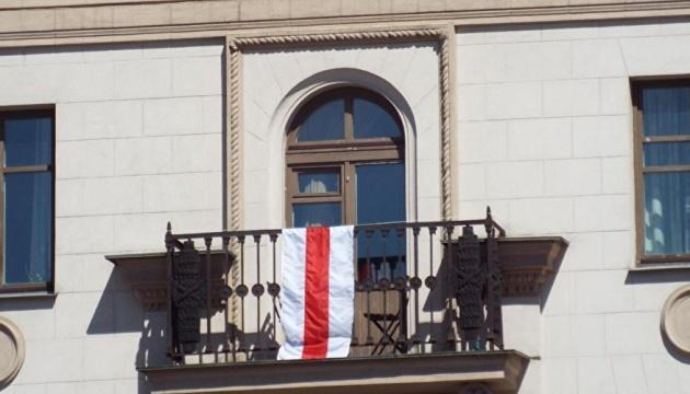 """У Мінську """"люди в чорному"""" знімають біло-червоно-білі прапори з будинків - ЗМІ"""