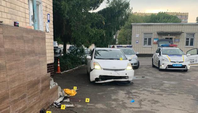 У Києві на території військового коледжу п'яний водій скоїв наїзд на трьох курсанток