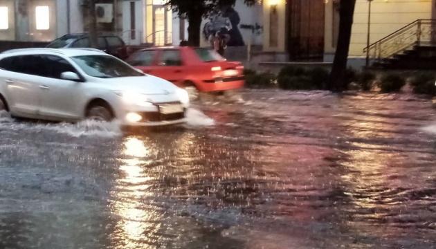 У Житомирі сильна злива затопила вулиці