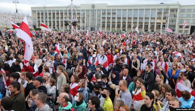 У Мінську тисячі людей знову вийшли на площу Незалежності