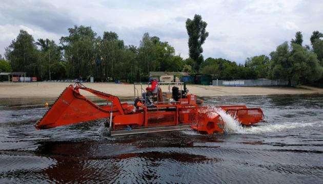 Водойми біля пляжів Києва очистили від 270 тонн водоростей