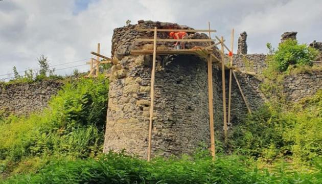 На Закарпатті стартувала реконструкція веж Невицького замку