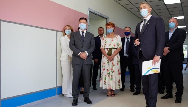 Зеленскому показали, как ремонтируют старейшую школу в Днипре