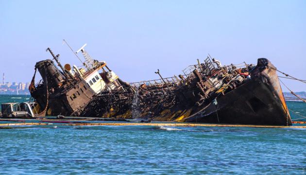 Буксиры начали выравнивать танкер Delfi