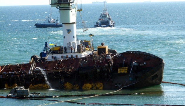 Правий борт танкера Delfi обстежують водолази