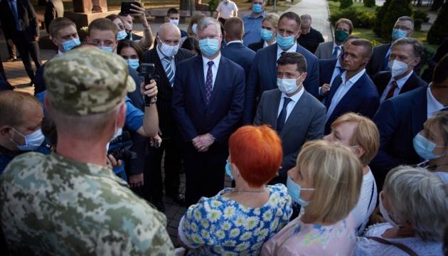ゼレンシキー大統領、米国務副長官とともに軍人遺族や退役軍人と面会