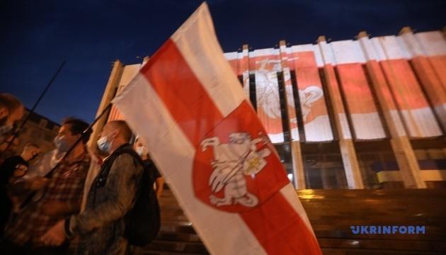 Активисты подсветили столичный Украинский дом цветами белорусского флага