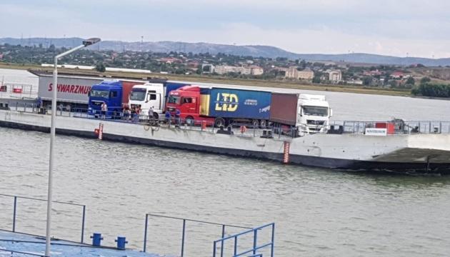 Через поромну переправу «Орлівка – Ісакча» перемістили перші 115 вантажівок з товарами