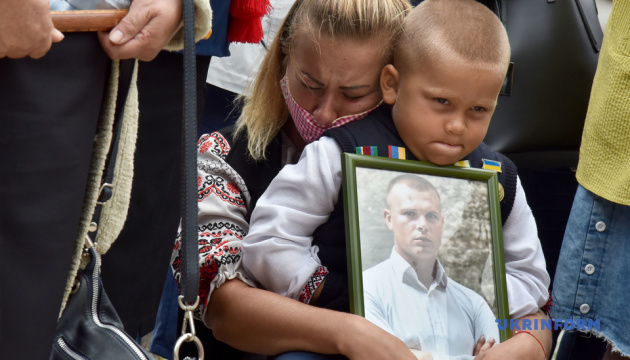 Families of servicemen killed near Ilovaisk, Debaltseve picket Russian embassy in Kyiv