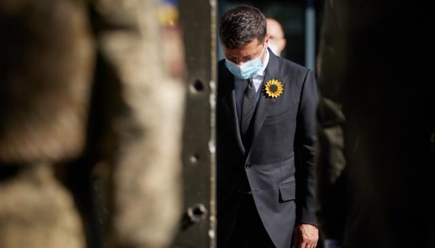 Volodymyr Zelensky a commémoré les militaires ukrainiens tombés au combat