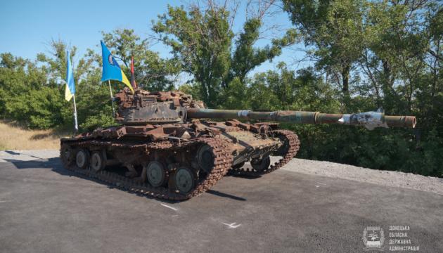 Підбитий окупантами танк став на Донеччині пам'ятним знаком захисникам України