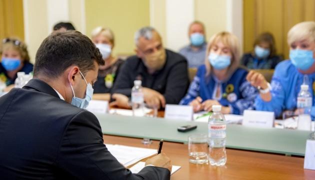 Зеленський зустрівся з рідними зниклих безвісти та загиблих захисників України