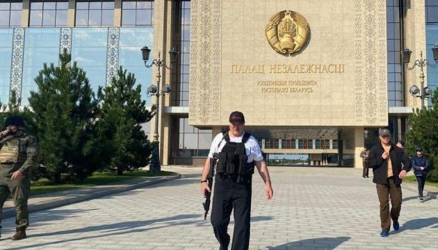 У Лукашенка оприлюднили його нове фото з автоматом