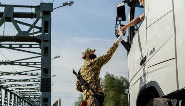 На кордонах з Угорщиною та Румунією - черги через COVID-контроль