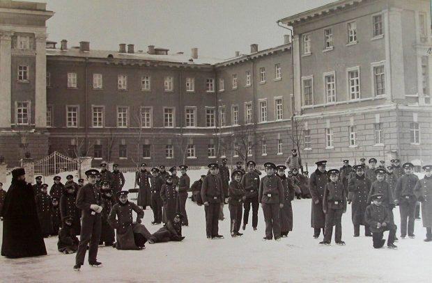 Гимназисты во дворе Первой киевской гимназии (ныне Желтый корпус НГУ)