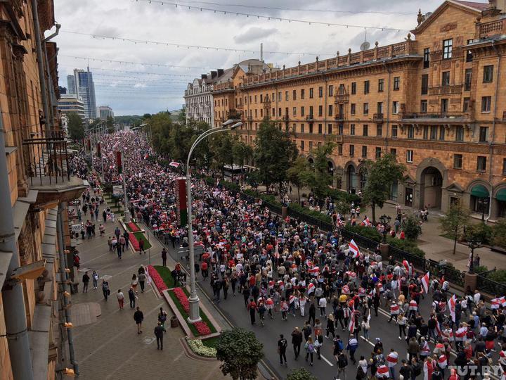 Марш единства в Беларуси: на улицы вышли тысячи людей, в Минске колонна протестующих направилась к резиденции Лукашенко 02